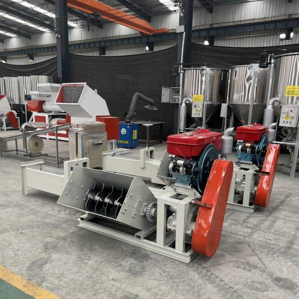 Low noise foam compactor for shredding and compacting EPS foam waste